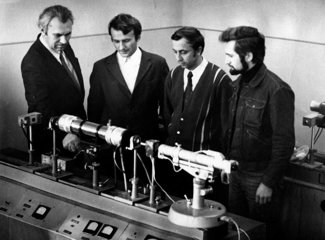 Г.В.Пляцко обговорює зі співробітниками відділу  В.М.Максимовичем, Є.В.Новосадом та Б.К.Котлярчуком результати експериментальних досліджень (1988 р.).